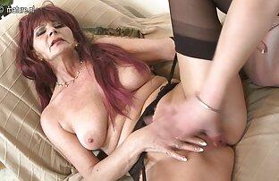 Dos morenas calientes porno hentai latino juegan entre ellas, una correa en la cama